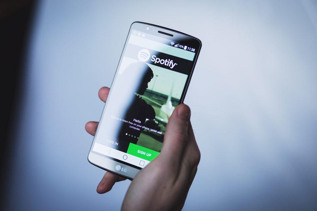 Spotifyスマートフォンアプリを使用している人